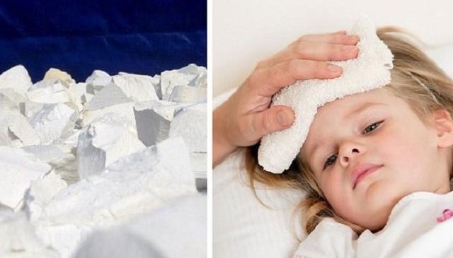 Khi trẻ sốt, cha mẹ cần nhanh chóng chườm khăn ấm và bổ sung nước giúp hạ sốt tránh biến chứng. Ảnh minh họa