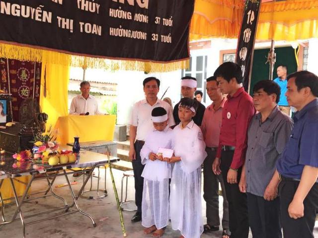 Hai con nhỏ của vợ chồng anh Thủy trong lễ tang đẫm nước mắt. Ảnh: Đức Tùy