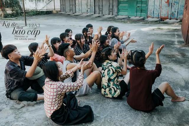 Bộ ảnh là sự trải nghiệm của học sinh về một thời kỳ khốn khó của đất nước
