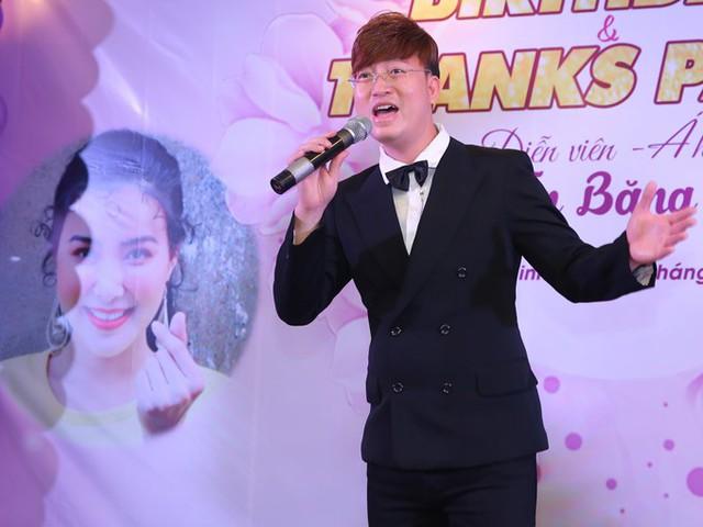 Anh hát tặng chủ nhân sự kiện một ca khúc lãng mạn.