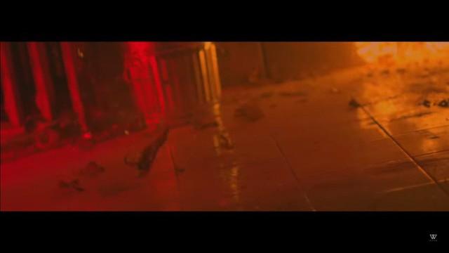 Cảnh tua ngược chai rượu bị vỡ trong MV Body của Mino.
