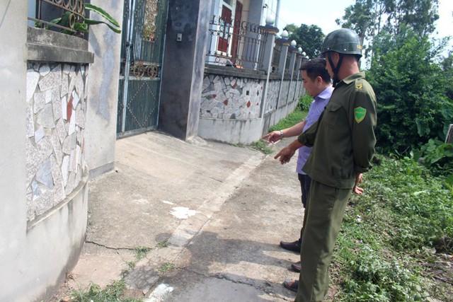 Khu vực trước cổng nhà anh Th., nơi nạn nhân Miên được phát hiện nằm tử vong. Ảnh: Đ.Tùy