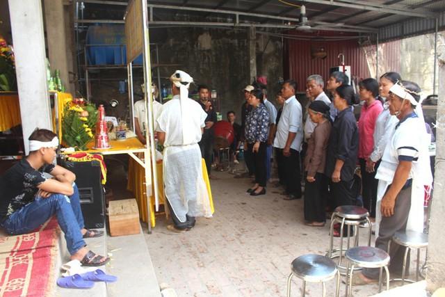 Họ hàng, người thân đang tổ chức lễ tang cho ông Bé. Ảnh: Đ.Tùy