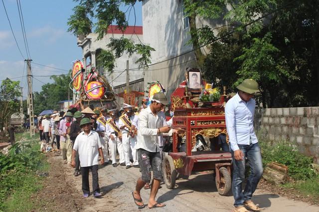 Chiều nay, lễ an táng của nạn nhân Nguyễn Văn Bé được hoàn tất. Ảnh: Đ.Tùy