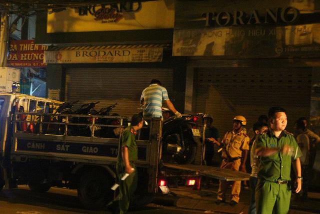 Lực lượng chức năng đưa các phương tiện về trụ sở để phục vụ điều tra.