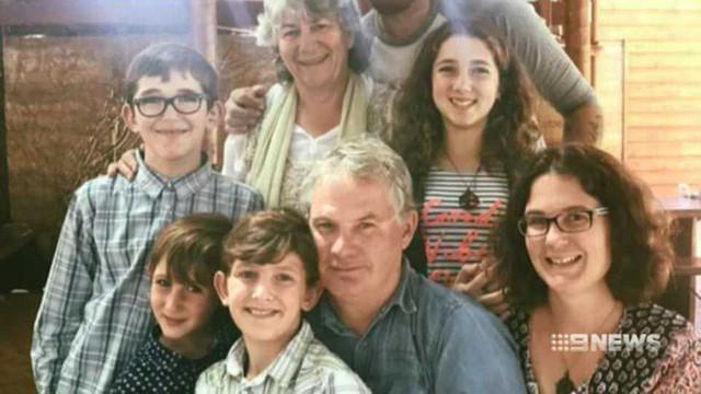 Ông Peter cùng vợ, con gái và 4 cháu ngoại. (Ảnh: 9news)