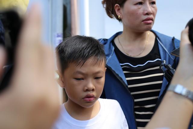 Có mặt trước cổng Trung tâm, bé trai 10 tuổi lên Nguyễn Thành Đạt liên tục bám lấy mẹ. Bé là con trai hiệp sĩ Nguyễn Văn Thôi.