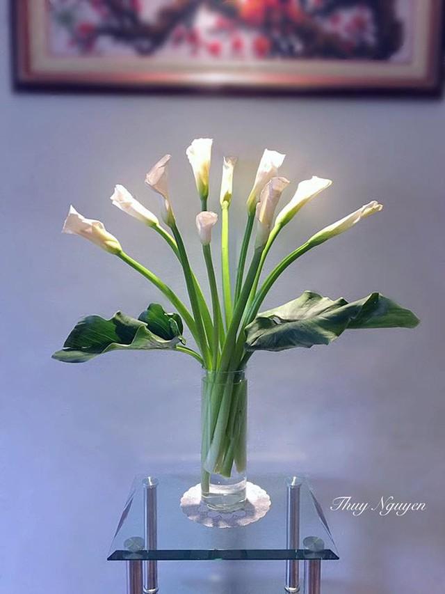 Góc hoa đẹp bình yên với chất liệu kính của bàn và lọ hoa. (Ảnh Thuy Nguyen)