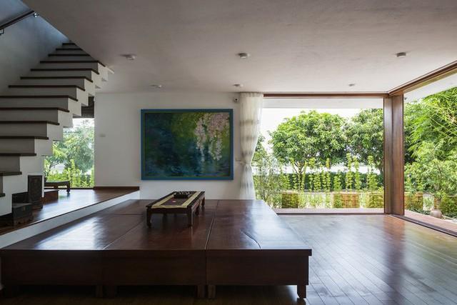 Trong nhà, nội thất tinh tế cùng những bức tường kính lớn là điểm nhấn đẹp mắt.