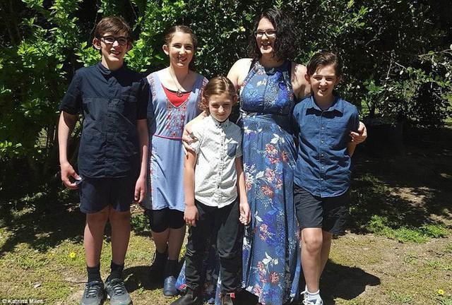 Chị Katrina và 4 con. (Ảnh: dailymail)