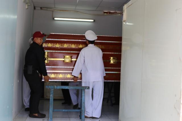 Thi thể hiệp sĩ Nam được đưa ra xe tang đưa về nhà ở tỉnh Đồng Nai để an táng.