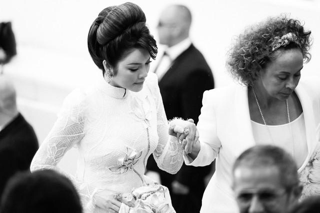 Lý Nhã Kỳ xuất hiện với một vẻ đẹp quý phái và thần thái rất Việt Nam, cô tiết lộ điều này phần lớn là nhờ đôi bàn tay đầy phép thuật của chuyên gia trang điểm kiêm stylist Minh Lộc