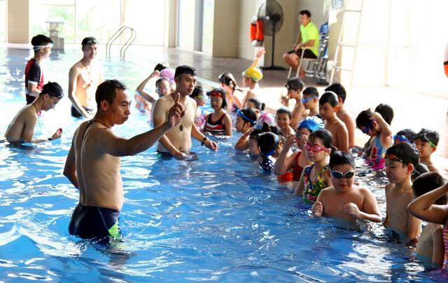 Với mỗi học viên, giáo viên dạy bơi phải tính toán để có những bài học thích hợp.     Ảnh:K.O