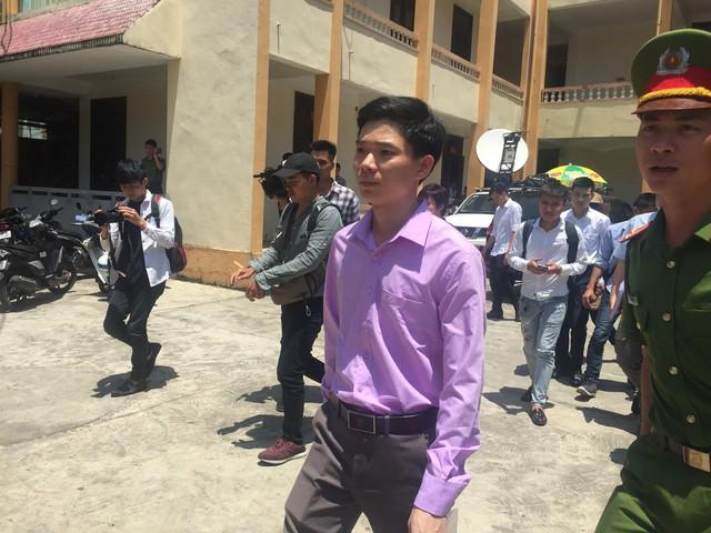 Bs Hoàng Công Lương rời tòa