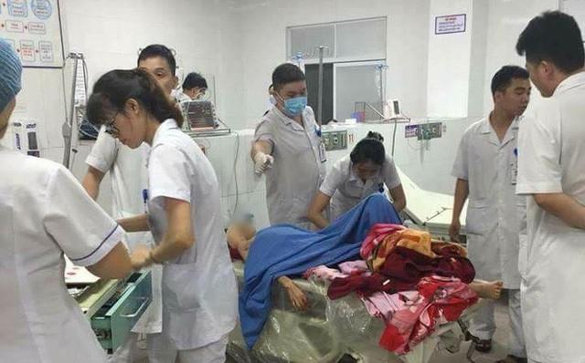 Chị Lê Thị T được đưa đến bệnh viện sau khi bị chồng chém suýt chết. Ảnh: T.L