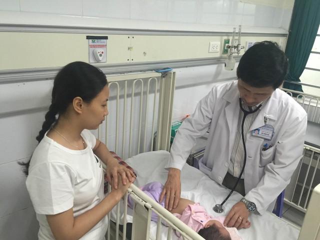 Chăm sóc trẻ tại Bệnh viện Nhi Trung ương. Ảnh: T.Nguyên