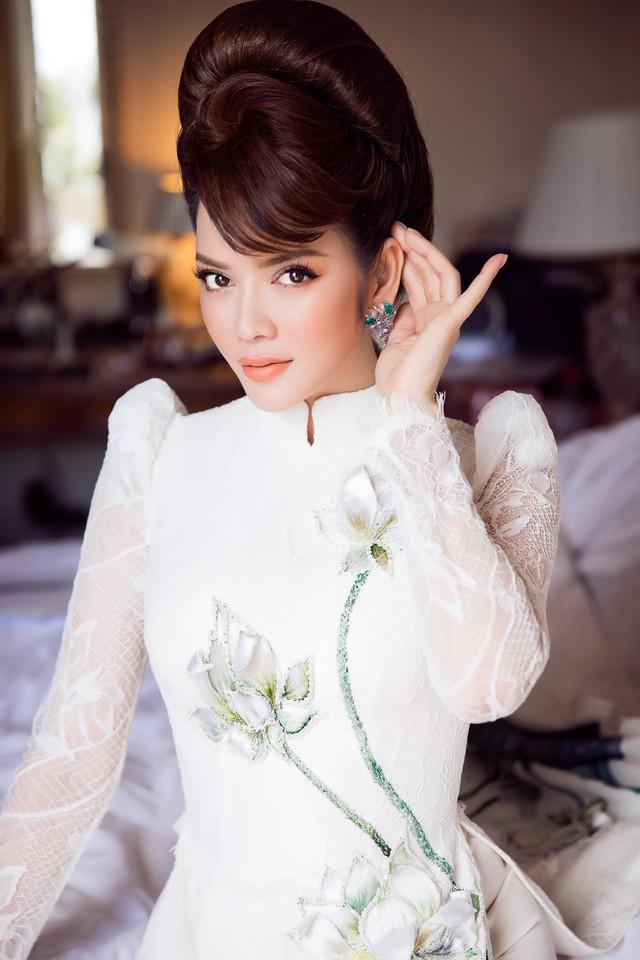 Hàng ngàn viên đá pha lê được sử dụng để bao viền và đính kết tạo nên những giọt sương mai trên cánh sen long lanh, giúp tà áo dài Việt vốn giản dị mà tinh khôi nổi bật giữa rừng váy dạ hội tại Cannes