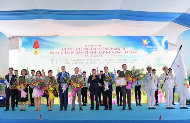 Lãnh đạo FrieslandCampina Việt Nam và lãnh đạo nhà máy ở Hà Nam trong lễ đón nhận Huân chương.