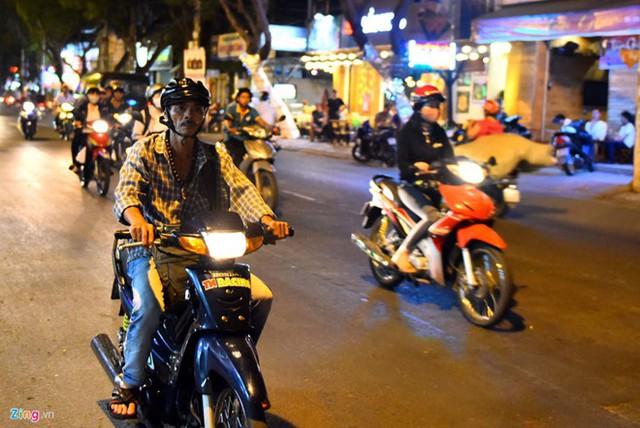 Hàng đêm, ông Trần Văn Hoàng đều rong ruổi khắp các con đường để theo dõi các đối tượng khả nghi. Ảnh: Nguyễn Quang.