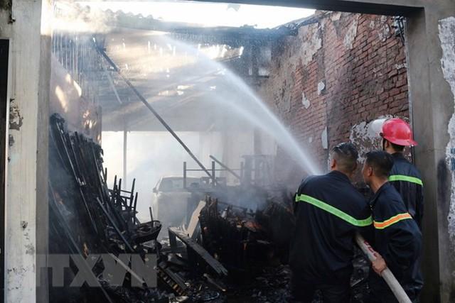 Cảnh sát phòng cháy chữa cháy Nghệ An triển khai phun nước dập tắt đám cháy. (Ảnh: Nguyễn Oanh/TTXVN)