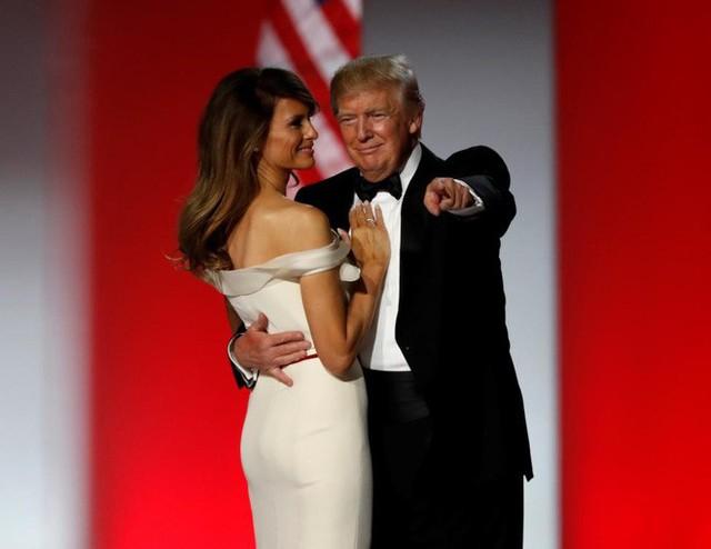Vào tháng 1/2017, ông Trump và vợ Melania khiêu vũ trên nền nhạc lãng mạn I Will Always Love You. Bà Melania Trump mặc chiếc váy dự tiệc màu trắng hở vai do Hervé Pierre thiết kế trong tiệc khiêu vũ sau lễ tuyên thệ nhậm chức của chồng.