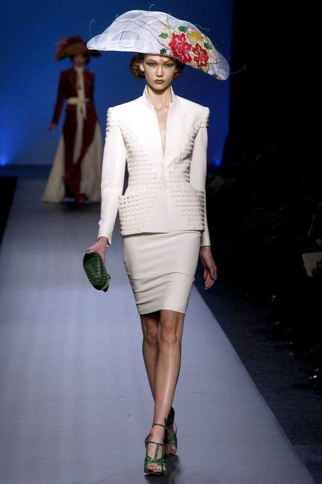 Siêu mẫu Karlie Kloss trong BST haute-couture của cựu giám đốc sáng tạo Hermes, Jean Paul Gaultier.