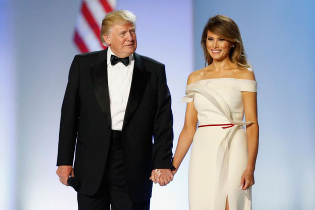 Cặp đôi liên tục dành cho nhau những cử chỉ tình cảm sau buổi lễ ông Trump tuyên thệ nhậm chức.