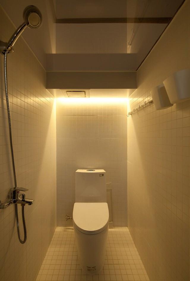 Phòng tắm có vòi hoa sen và nhà vệ sinh đầy đủ.