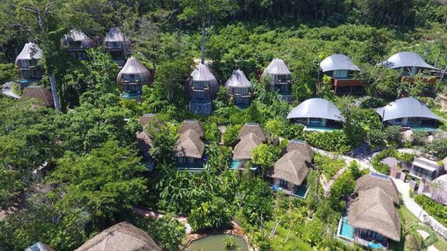 Mỗi ngôi nhà nhỏ đều có bể bơi phía trước.