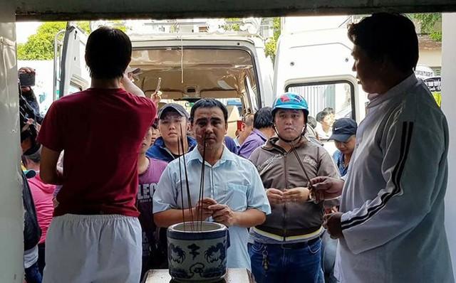 MC Quyền Linh đến thắp hương cho hai hiệp sĩ tử nạn tại Trung tâm Pháp y TP.HCM.