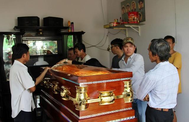 Người thân đón linh cữu của hiệp sĩ Nguyễn Hoàng Nam từ TP.HCM về. Ảnh: Ngọc An.