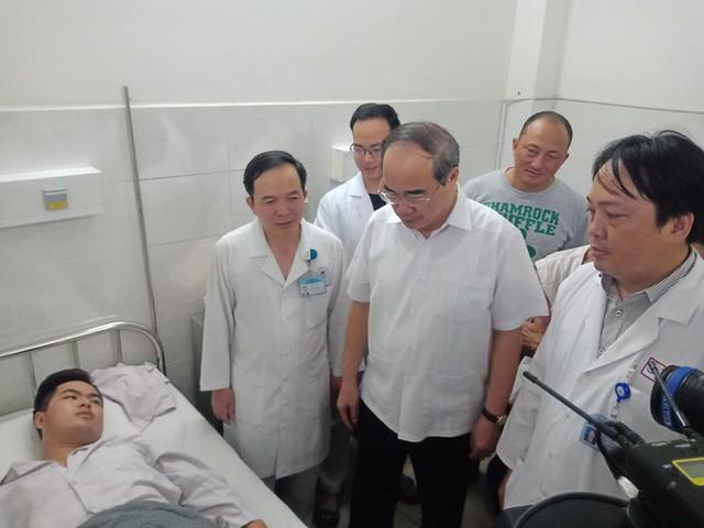 Bí thư Thành ủy TP.HCM Nguyễn Thiện Nhân thăm động viên và thông báo về việc bắt giữ 1 nghi can. Ảnh : M.T