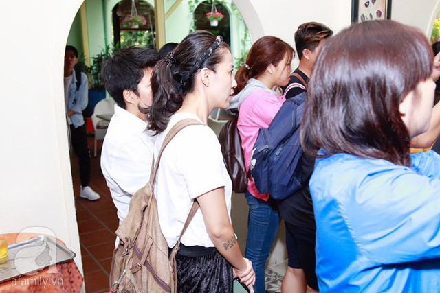 Chị Thùy Trang chăm chú nghe chồng chia sẻ.