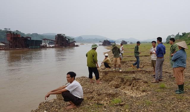 Cứ mỗi buổi chiều, người dân xã Vĩnh Lợi, huyện Sơn Dương, tỉnh Tuyên Quang lại kéo nhau ra sông Lô canh đất để các tàu không khai thác vào sát bờ.     Ảnh: Cao Tuân