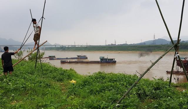 Quá bức xúc trước việc tàu khai thác cát ngay ven bờ sông Lô gây sạt lở, một số người dân đã dùng súng cao su xua đuổi tàu cát.