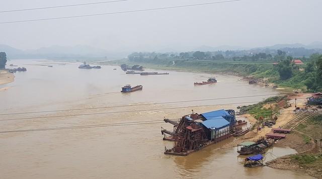 Đứng từ cầu An Hòa có thể thấy cả chục chiếc tàu cỡ lớn đang khai thác cát dưới dòng sông Lô.