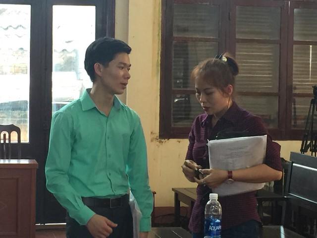 Bs Hoàng công Lương trao đổi với chị Nguyễn Thị Ánh Tuyết, con gái một trong 8 nạn nhân tử vong khi chạy thận