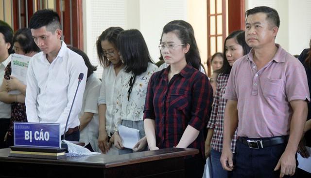 Bị cáo Nguyễn Thị Lam (áo caro) cùng 15 đồng phạm tại phiên tòa.