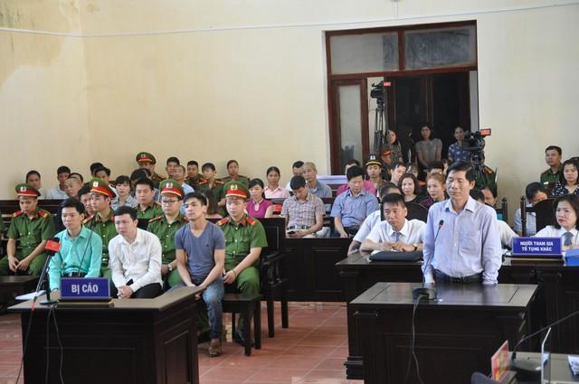 Ông Hoàng Đình Khiếu trả lời trước tòa