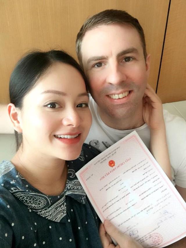 Lan Phương và chồng Tây làm đăng ký kết hôn ngay trước ngày sinh con.