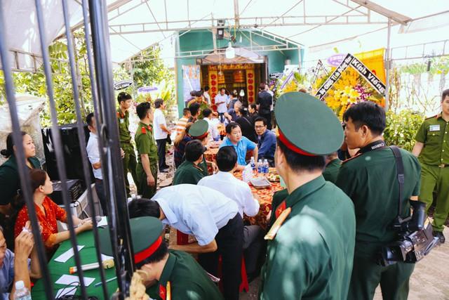 Nhiều người đến viếng đám tang chàng hiệp sĩ trẻ, trong đó có các cơ quan ban ngành, đoàn thể.