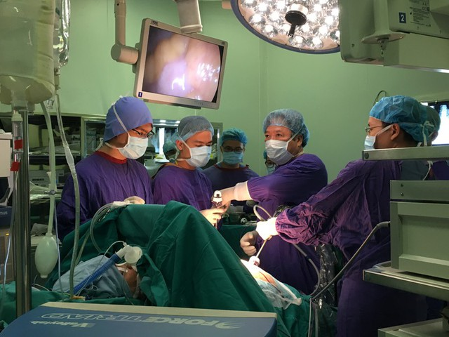 GS.TS Trần Bình Giang cùng các cộng sự đang thực hiện ca phẫu thuật nội soi điều trị giảm béo cho nam bệnh nhân nặng 115kg