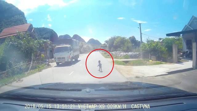 Clip: Thót tim trước cảnh em bé bò ngang đường quốc lộ giữa trưa nắng nóng - Ảnh 3.