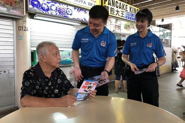 Đội tình nguyện viên trong buổi làm việc với người dân. Ảnh: Straits Times.
