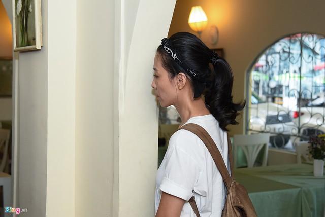 Trong quá trình gặp gỡ quá trình đối diện báo chí của Phạm Anh Khoa, chị Mây Phạm luôn theo sát chồng. Tuy nhiên, chị chỉ đứng ở vòng ngoài và lặng lẽ nhìn anh với vẻ mặt nặng trĩu.