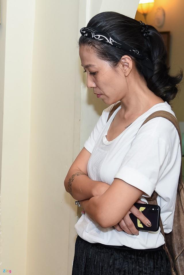 Phía dưới căn phòng, chị Mây Phạm nhìn chồng chăm chú. Khi anh nói lời xin lỗi vợ con, chị đưa tay lên ngực và tựa vào tường, thở hắt ra.