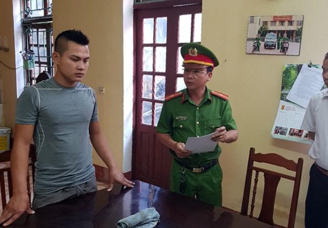 Cơ quan CSĐT đọc lệnh bắt tạm giam Phạm Văn Sơn (con đối tượng Xương) để điều tra về tội giết người. Ảnh: Cơ quan Công an cung cấp