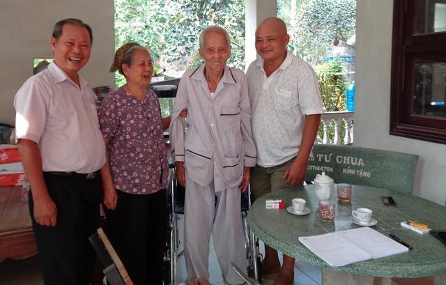 Gia đình cụ Đúng và các con vô cùng vui mừng trước sự thay đổi chất lượng cuộc sống đối với người cha sau khi cụ được phẫu thuật.