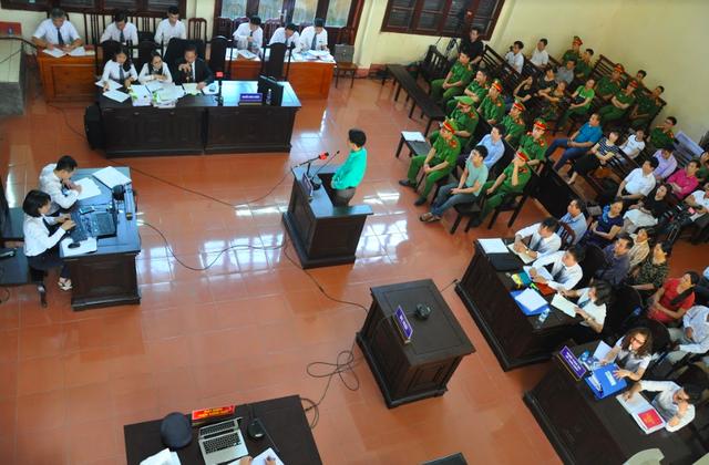 Bị cáo Hoàng Công Lương trả lời Luật sư trong phiên xét xử ngày 17/5