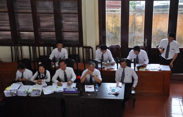 Luật sư Nguyễn Chiến (ngồi giữa hàng thứ 1)